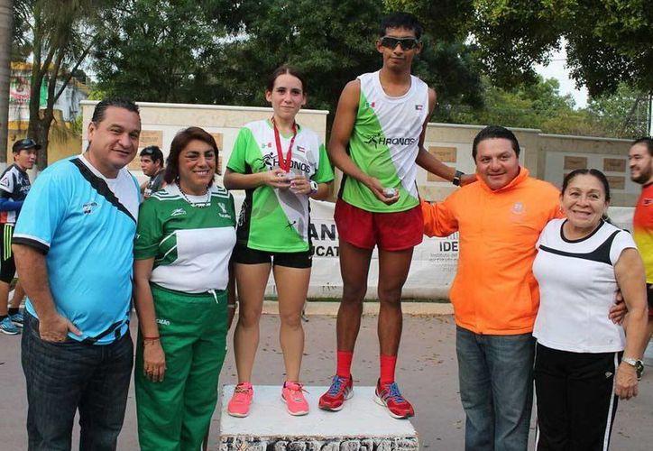 Imagen de los ganadores de la edición 2014 de la Carrera de San Silvestre. (Milenio Novedades)