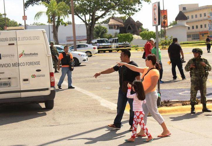 Se produjeron las capturas, las ocho personas detenidas, entre ellas una mujer. (Octavio Martínez/ SIPSE)