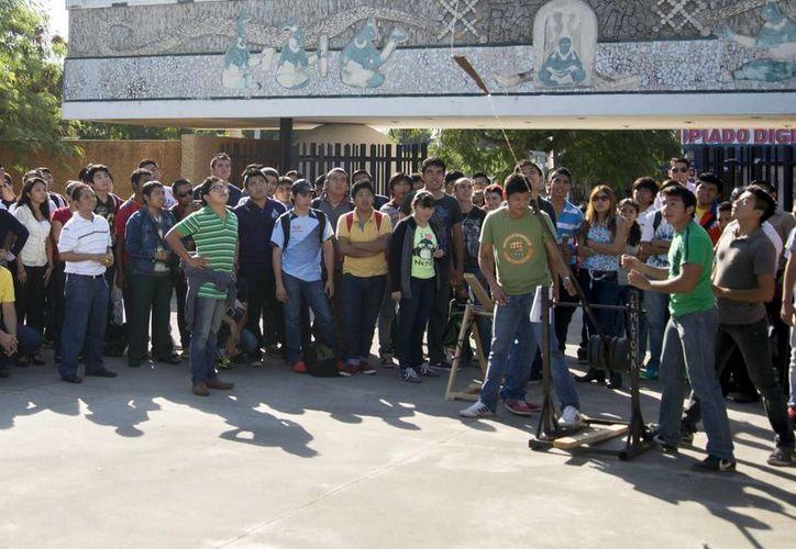 Las catapultas presentadas por los estudiantes de la UTM podían lanzar objetos hasta 30 metros de distancia, en la Expo Industrial 2013. (Milenio Novedades)
