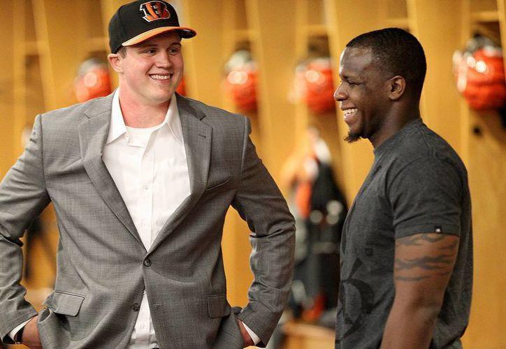 Algunos novatos de la NFL fueron reclutados en el draft, pero otros debieron convertirse en agentes libres. En la foto, Tyler Kroft (i) y wide receiver Mohamed Sanu. (Foto: AP)