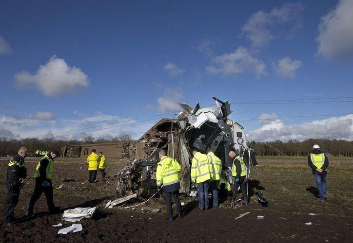 Una persona murió y siete más resultaron heridas al descarrilar un tren de pasajeros, cerca de la ciudad de Dalfsen, en el noreste de Holanda. (AP)