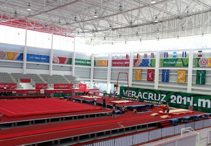 Por falta de competidores se cancelaron varias competencias de Juegos Centroamericanos, entre ellas, de natación en los relevos 4x200 en las ramas femenil y varonil. En la foto, Gimnasio del Complejo Leyes de Reforma, en Boca del Río. (Notimex)