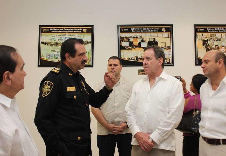 El secretario de Seguridad Pública estatal, Luis Felipe Saidén Ojeda, con el presidente nacional de la Concanaco-Servytur durante su recorrido por las instalaciones del Umipol. (Milenio Novedades)