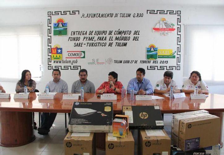 El evento de entrega del equipo y los programas computacionales a la Comuna. (Cortesía/SIPSE)