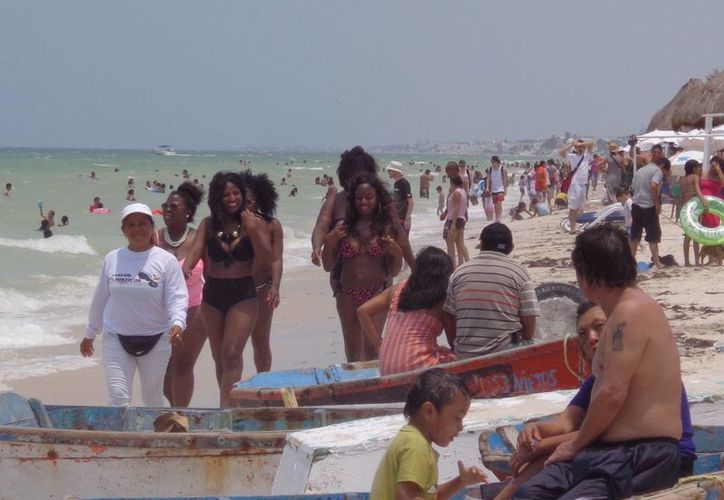 Al mediodía de ayer, las playas del puerto lucieron pletóricas de paseantes. (Manuel Pool/SIPSE)