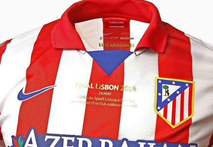Luis Aragonés no se perderá la final de la Champions, pues su nombre estará presente en las playeras de los jugadores del Atlético de Madrid. (clubatleticodemadrid.com)