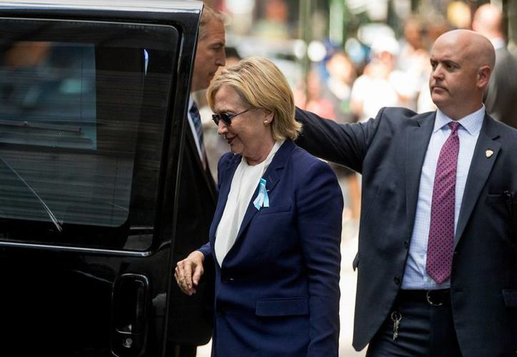 La candidata presidencial demócrata de EU, Hillary Clinton, al momento de ingresar a un vehículo, en Nueva York. Medios de comunicación aseguran que abandonó la ceremonia de aniversario del 9/11 en Nueva York, poco después de sentirse mal de salud. (Foto AP / Andrew Harnik)