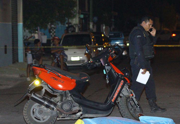 Un motociclista derrapó y, a causa de los golpes que sufrió, falleció. El accidente ocurrió en la colonia Melitón Salazar, en Mérida. (Martín González/SIPSE)