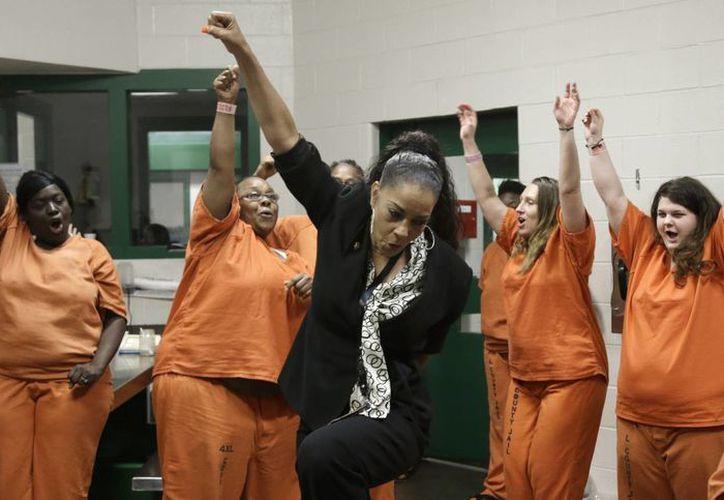 Kathryn Griffin Grinan (c) baila con las reclusas durante una sesión de un programa para rehabilitar a prostitutas drogadictas que cumplen condenas a prisión. (Agencias)