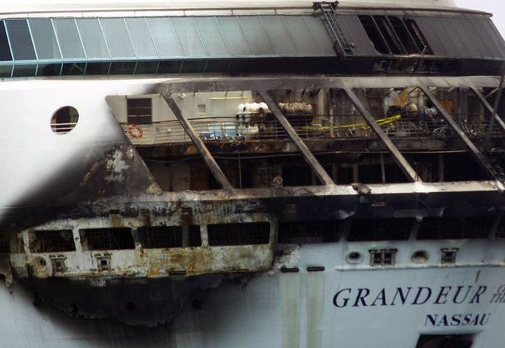 Una sección del buque muestra los estragos del fuego. (Agencias)