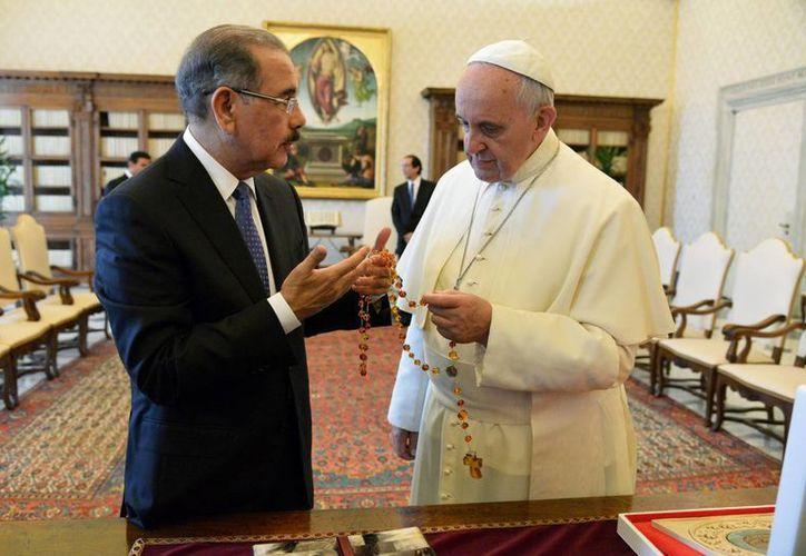Medina le entregó al Papa argentino un collar hecho con cuentas de ámbar con un gran crucifijo. (Agencias)