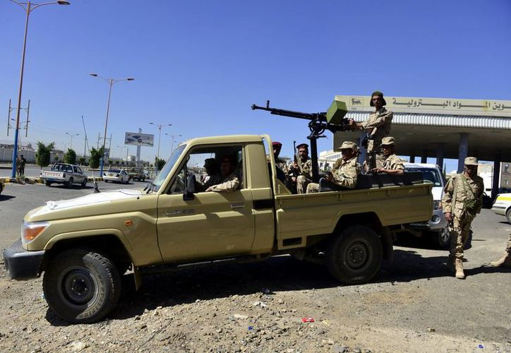 Varios soldados yemeníes patrullan una calle en Saná, Yemen. (EFE)