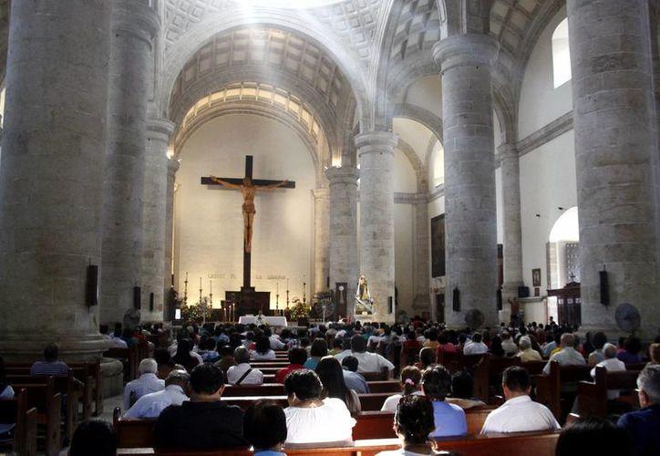 Cientos de personas acudieron a la Catedral para tomar parte en la última actividad de la Semana Mayor. (SIPSE)