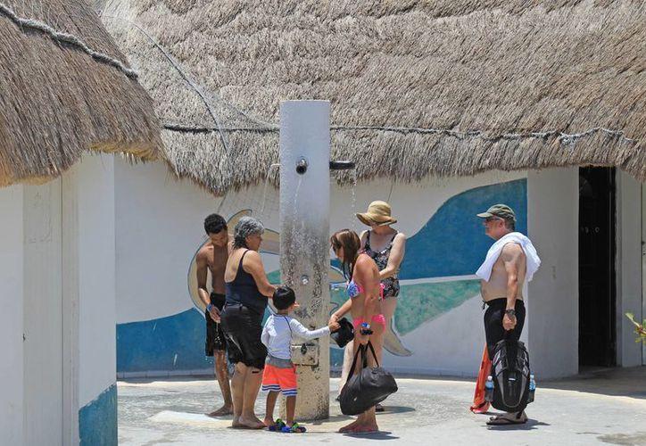 Los baños de las playas públicas son para el disfrute de los visitantes y locales. (Jesús Tijerina/SIPSE)