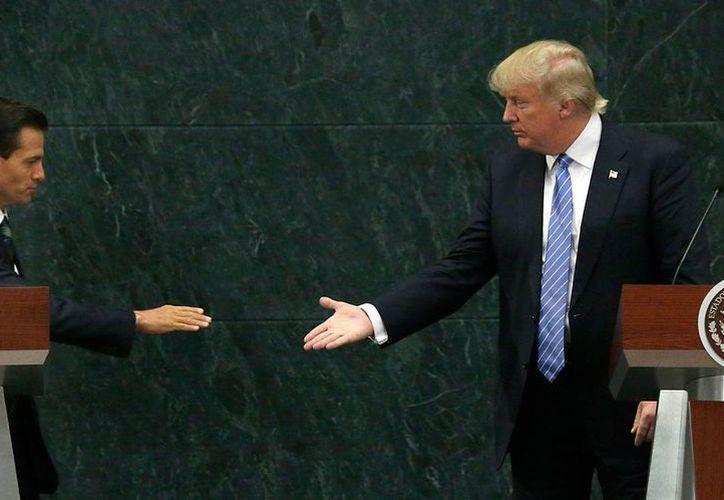 Enrique Peña Nieto confía en seguir estrechando lazos de cooperación con el gobierno que encabezará Trump. Imagen de archivo de la visita que realizó el republicano a México, en la cual sostuvo una reunión con el presidente mexicano en Los Pinos. (Archivo/Agencias)