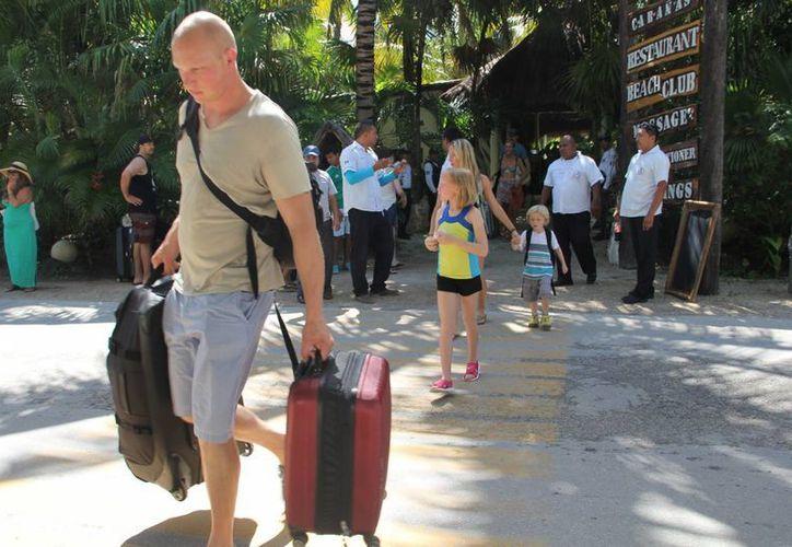Alrededor de 100 turistas que estaban hospedados en los cuatro centros de hospedaje fueron desalojados ayer por la mañana por elementos policiales.  (Rossy López/SIPSE)