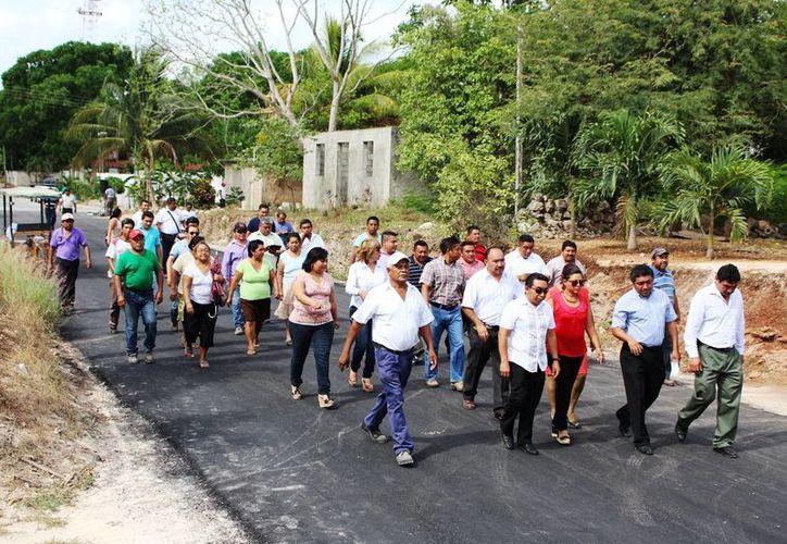 Las autoridades recorrieron las calles recién pavimentadas. (Raúl Balam/SIPSE)