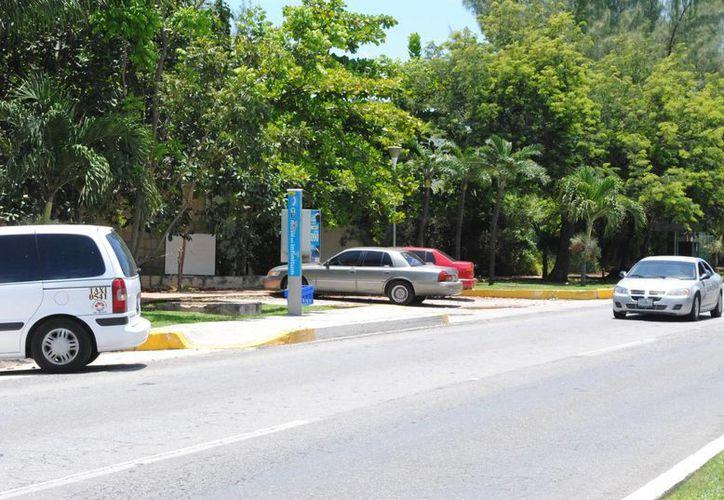 Son cuatro espacios en el bulevar Kukulcán a la altura del edificio abandonado de Villas Deportivas Juveniles. (Redacción/SIPSE)