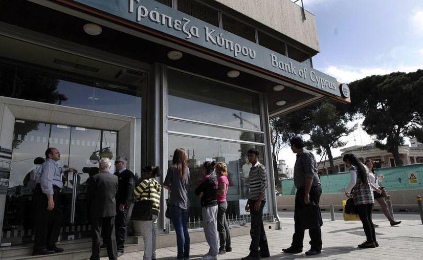 Los controles bancarios incluyen un retiro máximo de 300 euros diarios por persona y un límite de 5 mil a pagos en el extranjero. (Agencias)