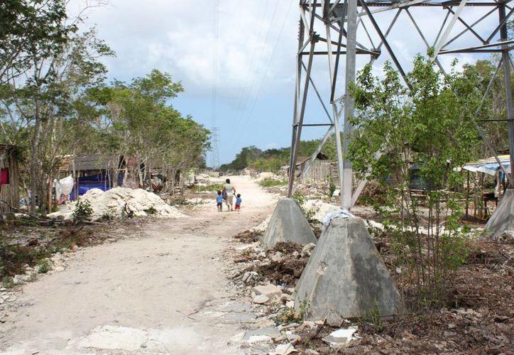 La avenida Inalámbrica pasaría justo a un costado de las torres de luz. (Adrián Barreto/SIPSE)