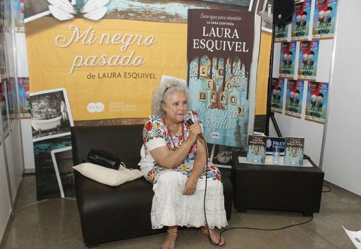 """Laura Esquivel presentó su libro """"Mi negro pasado"""" en la Feria de la Lectura Yucatán. (SIPSE)"""
