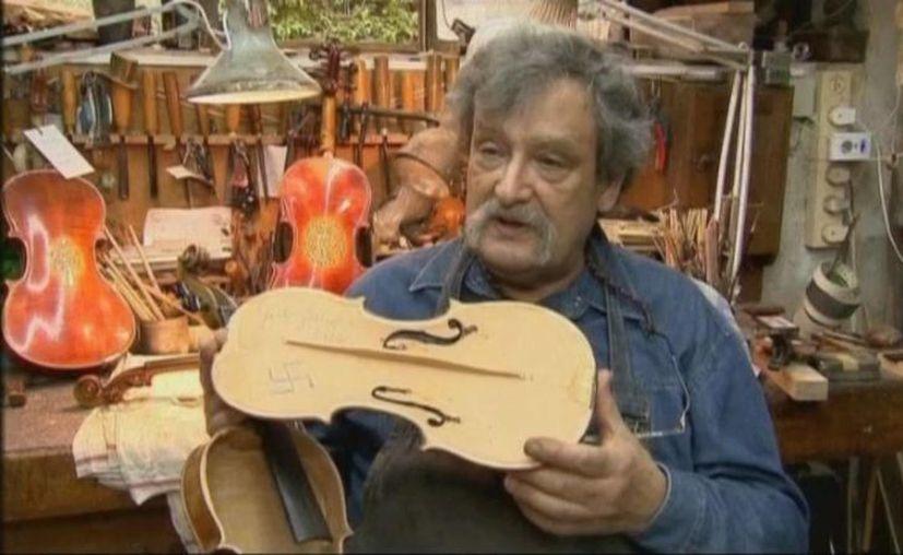 Amnon Weistein, coleccionista de violines de la época de la Shoah, muestra la cruz en el instrumento. (welt.de)