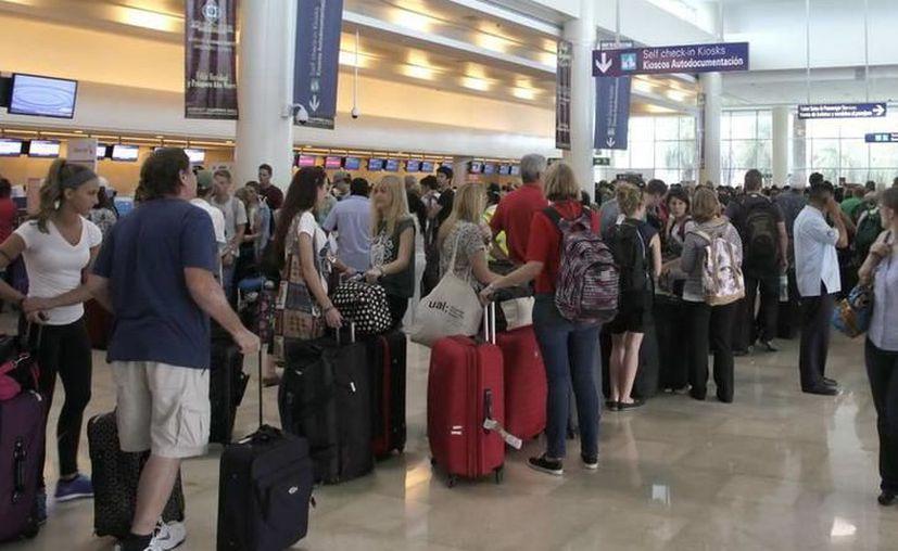 El aeropuerto de Cancún mantiene el primer lugar en llegada de turistas extranjeros. (Redacción)