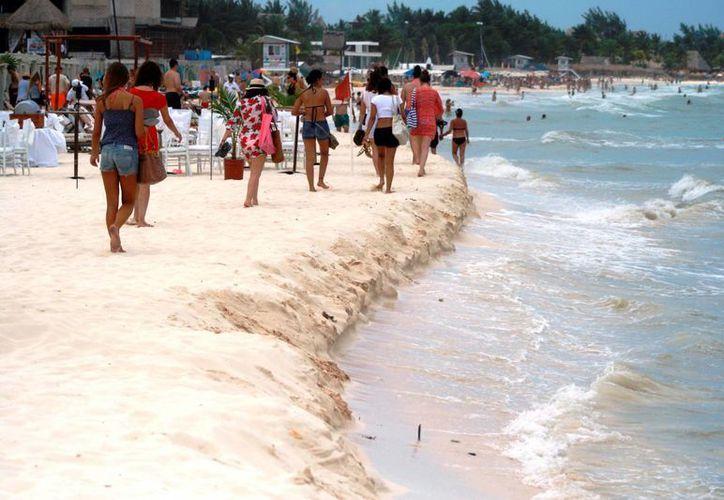 Los vientos y el fuerte oleaje causados por la surada provocaron que el mar se llevara mucha de la arena con la cual se rellenaron las playas en 2010.  (Octavio Martínez/SIPSE)