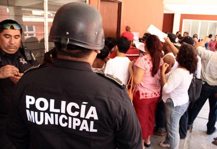 En Kanasín, más de un centenar de burócratas que reclaman el pago correspondiente a los tres últimos meses tomaron momentáneamente el Palacio Municipal y sacaron a empujones a funcionarios. (SIPSE)