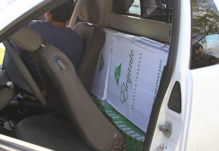 Las cajas de cigarros estaban en la parte trasera de los asientos de una camioneta. (Claudia Martín/SIPSE)