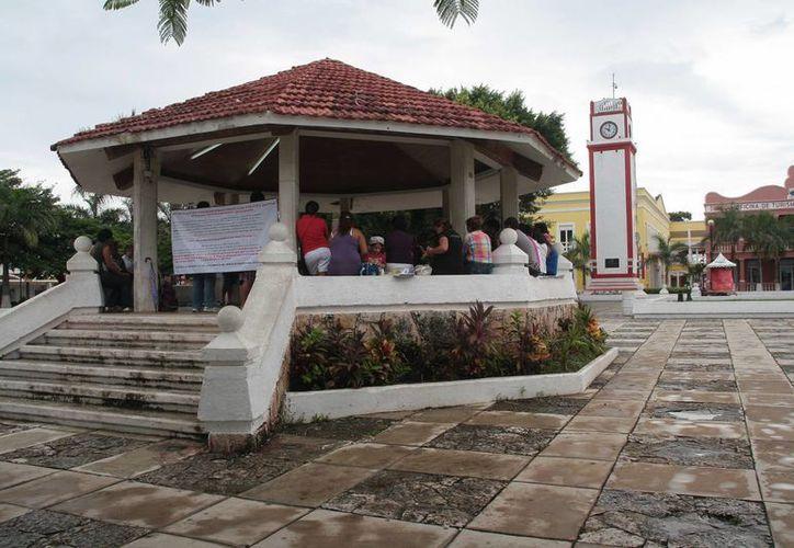 La reunión de maestros se realizó en el kiosco del parque Benito Juárez. (Julián Miranda/SIPSE)