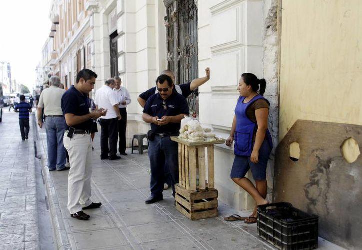 La Dirección de Desarrollo Económico atiende a los ambulantes. (Christian Ayala/SIPSE)