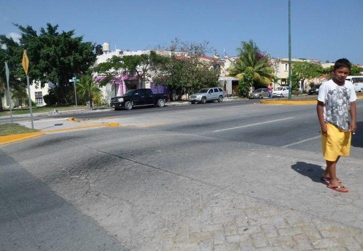 El paso peatonal no cuenta con pintura reflectora para alertar de la disminución de velocidad. (Yesenia Barradas/SIPSE)