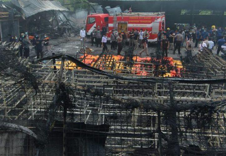 El incendio inició cerca de la puerta de entrada de la fábrica y se propagó rápidamente. (AFP)