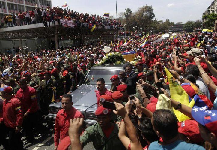 Miles de personas han salido a las calles a dar el último adiós a Hugo Chavez .(Agencias)