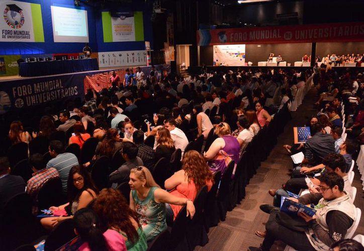 Se desarrolla el evento en tres salones diferentes del Hotel Oasis. (Victoria González/SIPSE)