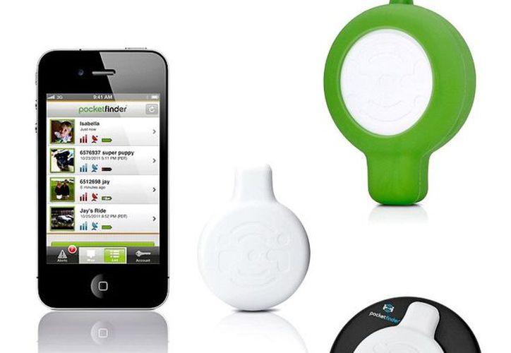 El PocketFinder es un dispositivo pequeño que metes en estuches y mochilas, o pegas en pertenencias que deseas rastrear. (Agencia Reforma)