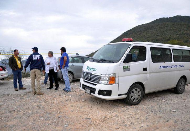 Personal de la Dirección General de Aeronáutica Civil revisa el rancho 'El Tecojote' en busca de todas las partes de la aeronave de Jenni. (Notimex)