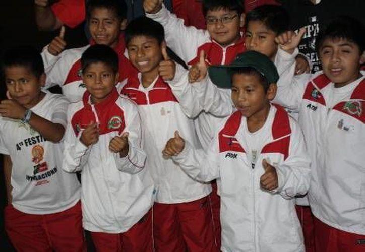 Los pequeños se mostraron emocionados y sonrientes posaron para las fotos. (Eduardo Espinosa/Milenio)