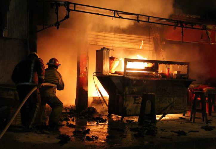 Los bomberos llegaron a sofocar el incendio. (Redacción/SIPSE)