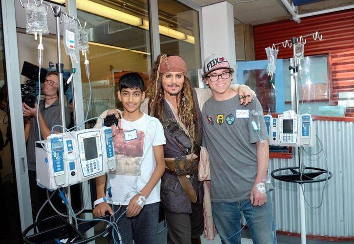 El actor se mantuvo actuando como su personaje de la película Piratas del Caribe. (Facebook)