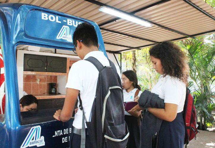 Los alumnos compran sus boletos de transporte público en el módulo de Autocar. (Redacción)