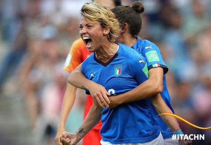 Las italianas celebran uno de sus dos goles ante Chinas (Foto: @fifacom_es)