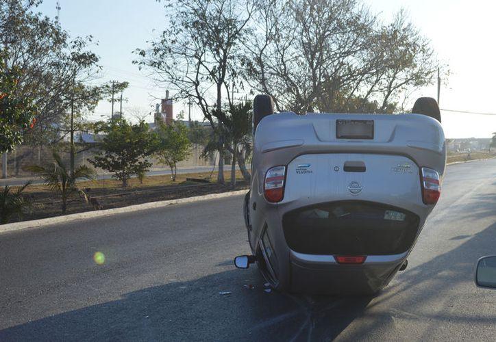 Una joven conductora se durmió al volante, chocó contra un vehículo estacionado y se volcó, en el oriente de Mérida. Sólo resultó con golpes leves y un gran susto. (Carlos Navarrete/SIPSE)