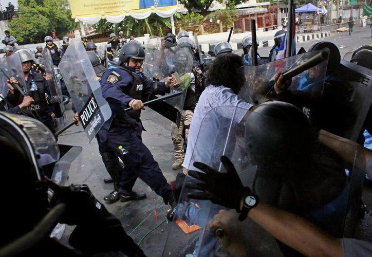 Policías antidisturbios y opositores al gobierno se enfrentan en Bangkok, Tailandia. (Agencias)