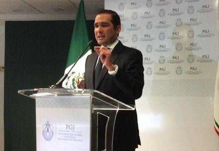 El procurador de Justicia de Veracruz, Luis Ángel Bravo, dijo que un ex policía municipal mató al periodista por encargo del chofer del alcalde de Medellín. (Mónica Camarena/Milenio)