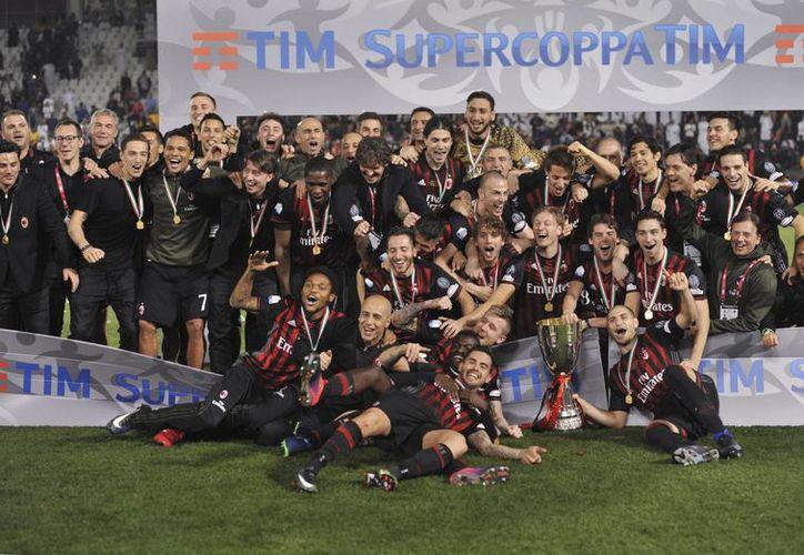 AC Milán celebra la obtención del trofeo de la Supercopa de Italia tras vencer a la Juventus en la serie de penales.(Alexandra Panagiotidou/AP)