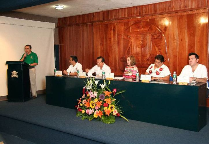 El director del Hospital General de Cozumel, Jorge Villanueva Marrufo encabezó el acto de inauguración. (Cortesía/Uqroo)