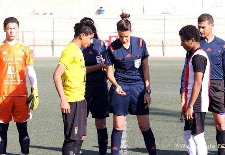 Nunca antes una mujer había pitado un partido de futbol soccer en Egipto hasta que lo hizo Sarah Samir. (egyptianstreets.com)
