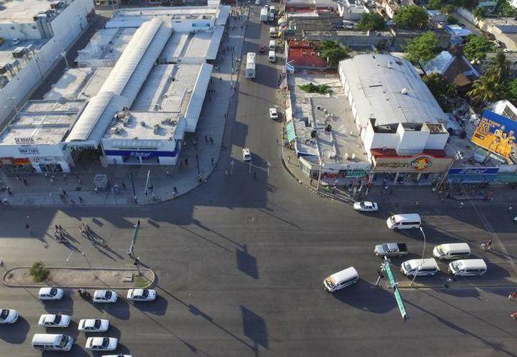Inician los trabajos de rehabilitación de la imagen urbana del cruce de las avenidas López Portillo y Tulum. (Redacción)